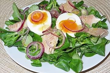 Feldsalat mit Ei und Forelle