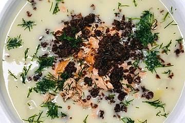 Cremige Spargelsuppe mit Lachs und Pumpernickel