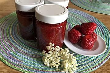 Erdbeermarmelade mit Holunderblütensirup und Prosecco