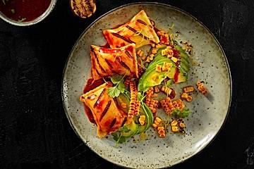 Gegrillte Maultaschen mit BBQ-Sauce und Salat