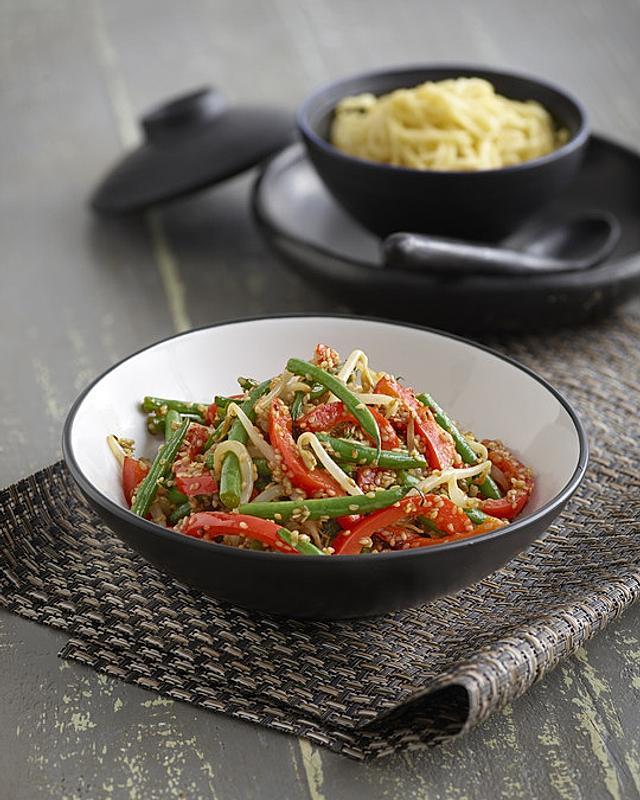 Wokgemüse mit knusprigen Sesamkörnern