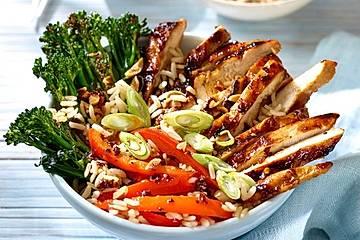 Protein-Bowl mit Soja- und Hoisin-Glasur