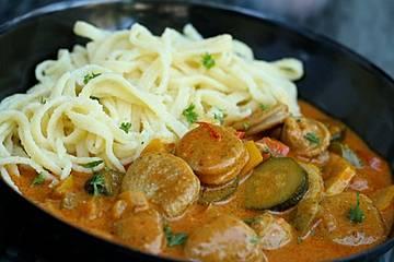 Buntes Wurstgulasch mit Paprika und Zucchini