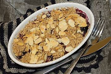 Blaubeer-Kirsch-Crumble mit Haferflocken und Mandeln