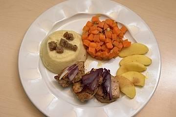 Schweinelendchen mit Kartoffel-Sellerie-Püree, Karottengemüse und Curryrahmsoße