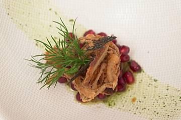 Petersilienwurzelsuppe mit karamellisierten Zwiebeln, Granatapfel und fränkischem Bauernbrot