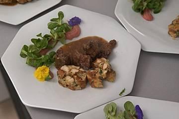 Bockbier-Gulasch vom heimischen Wildschwein nach Braumeisterart, mit frischen Brezenknödeln an kühlem Kartoffel-Preiselbeeren-Stampf