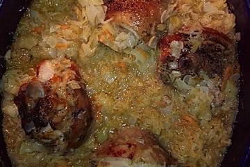 Eisbein mit Sauerkraut im Bräter