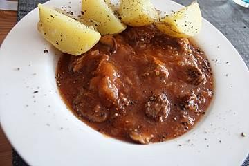 One Pot Gulaschtopf mit Sauerkraut, Pilzen und Kartoffeln