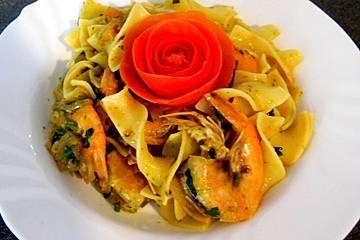 Bandnudeln mit Garnelen und Tomaten-Rucola-Salsa