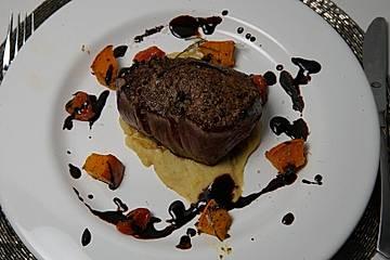 Rinderfilet mit Orangen-Sellerie-Püree, überbackenen Kürbiswürfeln und karamellisierten Tomaten an einer Merlot-Jus