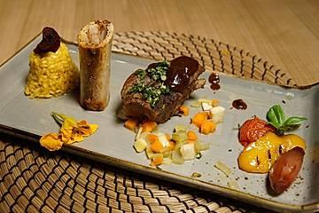 Ossibuchi mit marktfrischer Gremolata an Mailänder Safranreis, Portweinschalotten und Gemüse