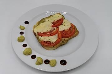 Avocado-Toast mit Mozzarella