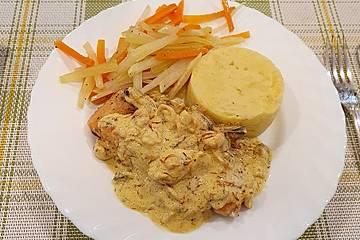 Knusprige Lachsforelle mit Meeresfrüchten an Butter-Julienne und Kartoffel-Sellerie-Stampf