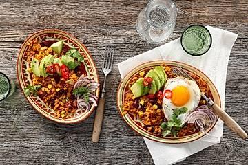 Mexikanischer Bratreis mit Avocado und Spiegelei
