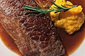 Rinderfilet mit Kartoffelgratin, Karottenpüree und Jus