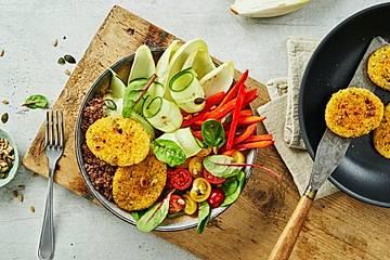 Frische Salat-Bowl mit gebackenen Käsetalern