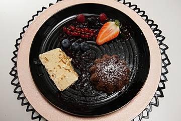 Amarettiniparfait und Lavacakes auf Beerenspiegel