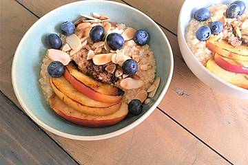Couscous-Porridge mit karamellisiertem Apfel
