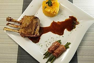Kartoffelstampf mit Lammkarree, Bohnen im Speckmantel und Rotweinsauce