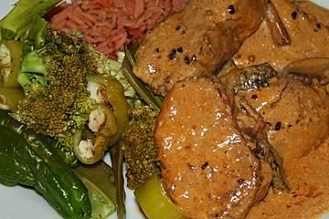 Schweinelenden-Medaillons mit gedämpftem Gemüse und pinkfarbenem Basmatireis mit Kräuterbutter-Pilz-Sahne-Soße
