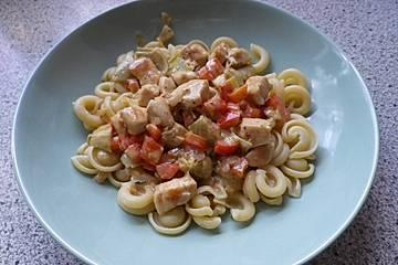 Pasta mit Hähnchen, marinierten Artischockenherzen und Paprika