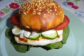 Halloumiburger mit Minz-Joghurt-Sauce