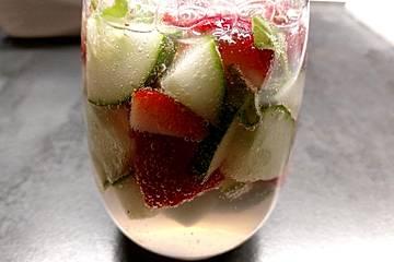 Aromatisiertes Wasser mit Erdbeeren, Gurken und Zitronenthymian