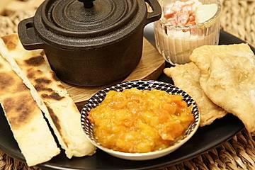 Samosas mit Frucht – gefüllte, frittierte Teigtaschen, mit Kartoffel-Blumenkohlfüllung und Mangochutney