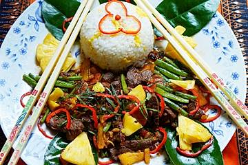 Rindfleisch mit grünen Bohnen in Shrimpsauce - Pad Phet Tua Fak Jao