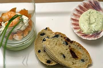 Eine Komposition aus Guacamole, Lachs und Garnelen zum Cocktail mit mediterranem Brot und Bärlauch-Dip