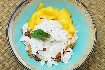 Sticky Rice an Mangovariation mit Kokoschips