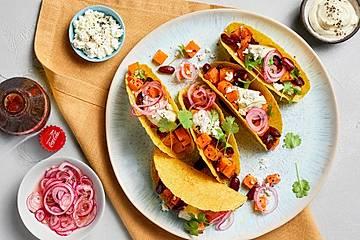 Taco-Shells mit Süßkartoffeln, Avocado-Joghurt, Feta und Rote-Zwiebel-Pickle