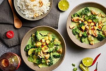 Grünes Kokos-Gemüse-Curry mit Reis, Mango und Cashews, wahlweise mit Hähnchenstreifen