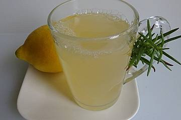 Heiße Zitrone mit Rosmarin und Honig