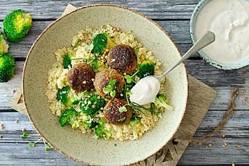 Bulgursalat mit Brokkoli, geröstetem Buchweizen und vegetarischen Hackbällchen