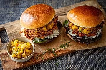Pulled Ribs Burger mit Mango-Salsa und griechischem Krautsalat