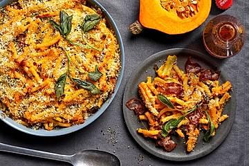 Mac and Cheese mit Kürbis, Salbei, Semmelbröseln und Parmesan, wahlweise mit Bacon