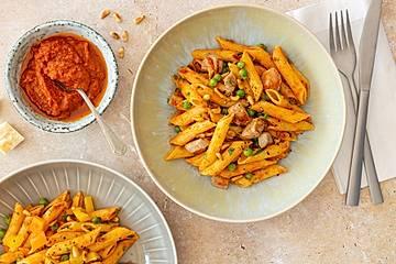 Nudelsalat mit rotem Pesto, Pinienkernen, Erbsen und Pute