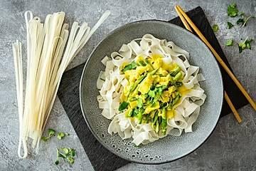Vietnamesisches Curry mit Schollenfilet, grünen Bohnen und Reisbandnudeln