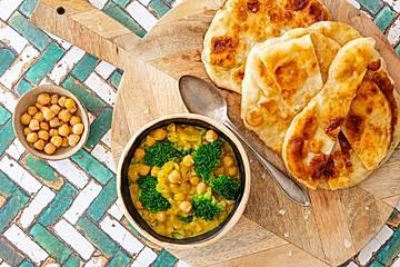 Kichererbsen-Curry mit Brokkoli und selbst gebackenem Fladenbrot