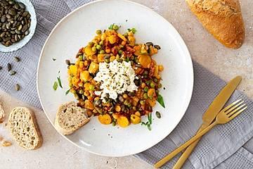 Gemüsepfanne mit Feta, Kürbiskernen und ofenfrischem Baguette