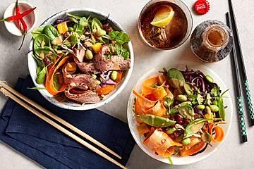 Regenbogen-Thai-Salat, wahlweise mit gebratenen Rinderstreifen