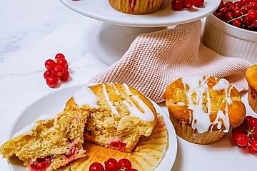 Johannisbeer Muffins mit Erdnussstreuseln