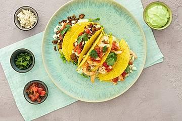 Taco-Shells mit Garnelen, Guacamole-Dip und Salsa, wahlweise mit vegetarischem Hack