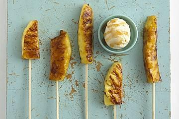 Ananasspieße mit asiatischer Pflaumensauce