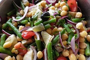 Gemüsesalat mit Bohnen, Kichererbsen und Artischocken