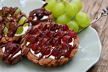 Bunte Mini-Tartes mit Weintrauben