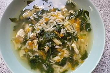 Hühnersuppe mit Nudeln und Spinat