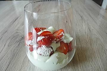 Waldmeistercreme mit Erdbeeren